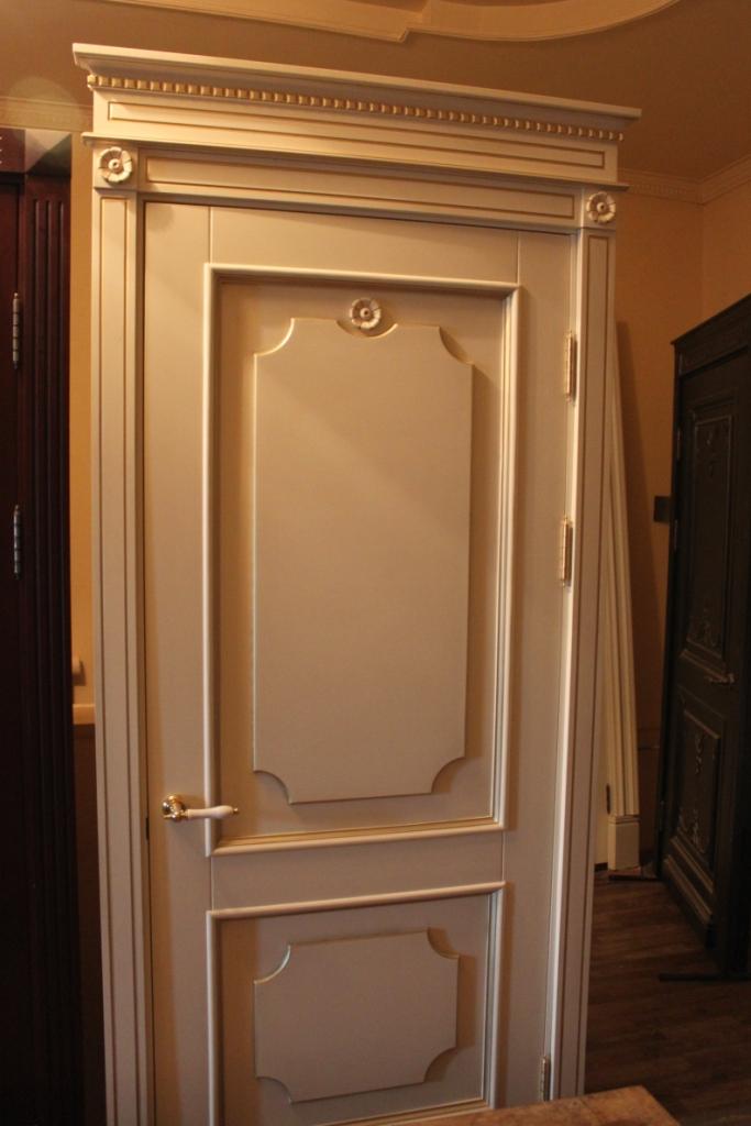 Двери белые с патиной золото