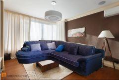 мой диван и коричневая стена