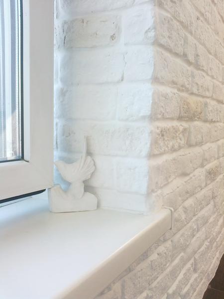 белый кирпич и большие окна