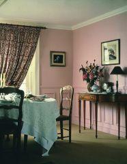 Розовая столовая