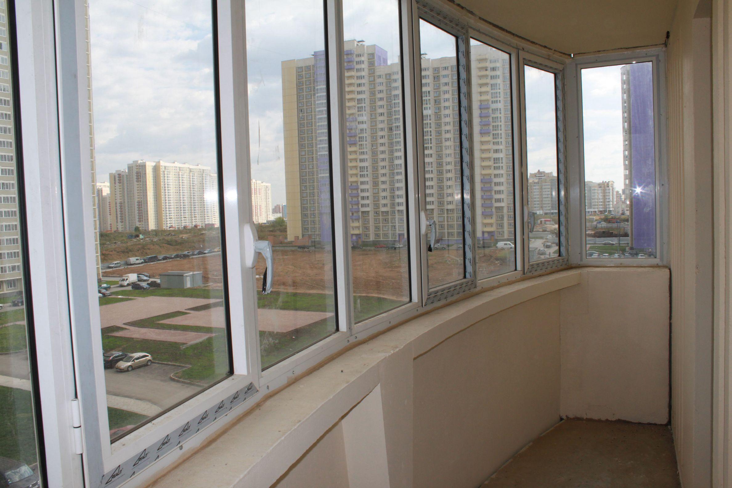Установка подоконника на полукруглом балконе.
