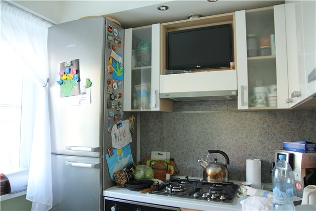 Телевизор на вытяжке на кухне фото