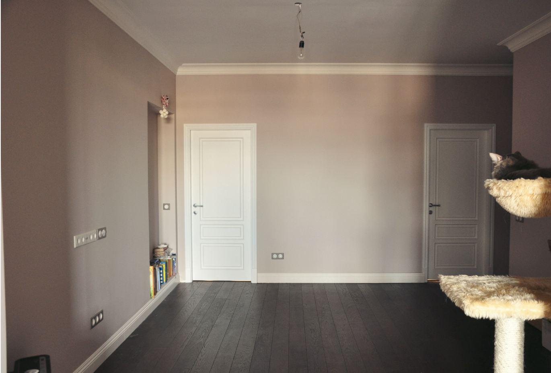 Дизайн со светлым ламинатом и темными дверьми