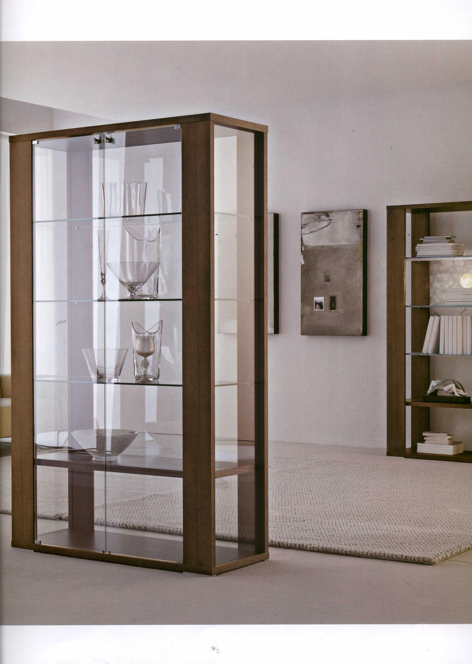 Шкаф витрина стеклянная для гостиной.
