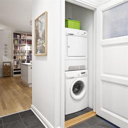 Варианты мебели для маленьких стиральных машин под раковину .