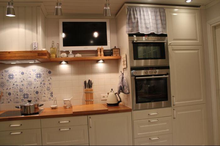 Телевизор над вытяжкой на кухне фото