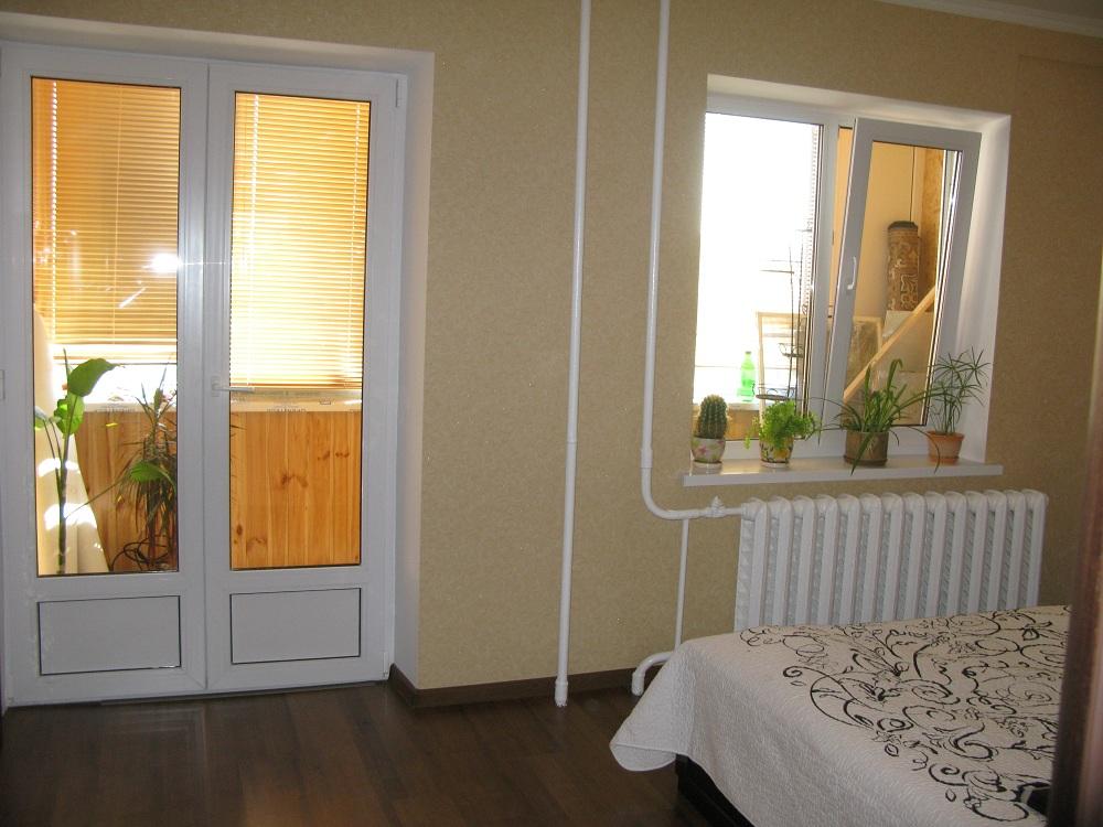 Оформление окна и балконной двери в спальне - спальня - фору.