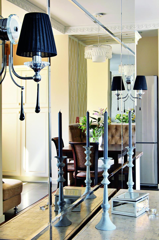 Дизайн гостиная с бра на зеркалах