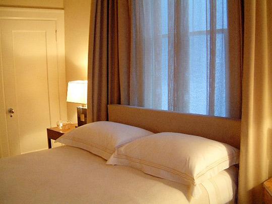 Интерьер спальни кровать у окна фото