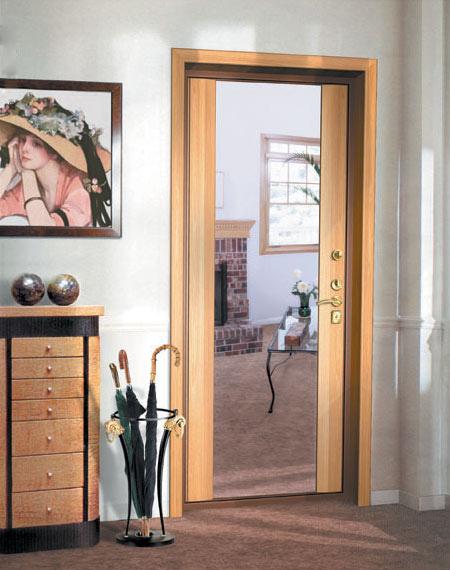 зеркало на внутренней стороне входной двери