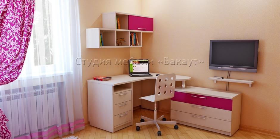 Компьютерный стол с надстройкой и шкафчиками.