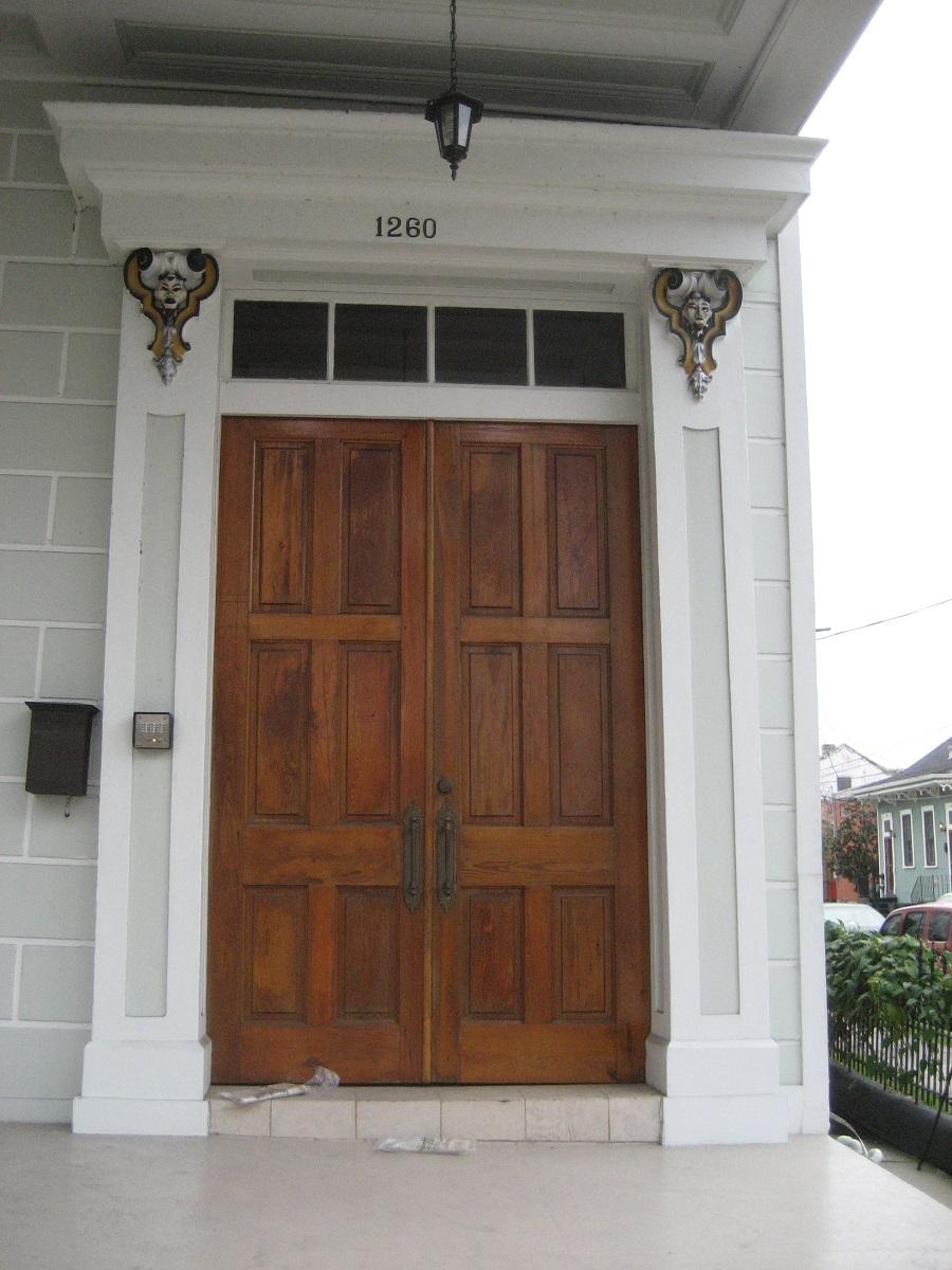 входные двери с окном над дверью