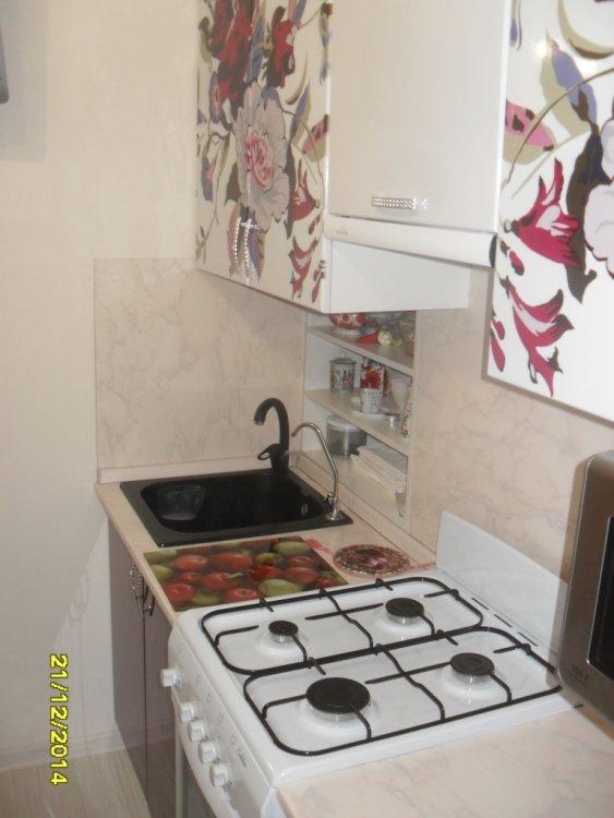 Кухня буквой П с большим холодильником-3