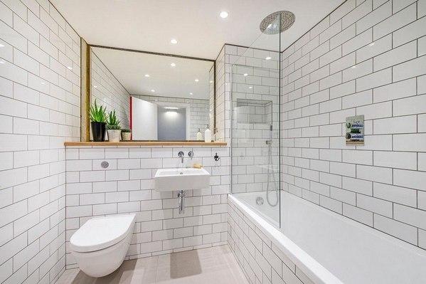 Белая ванная, пол под дерево, затирка?