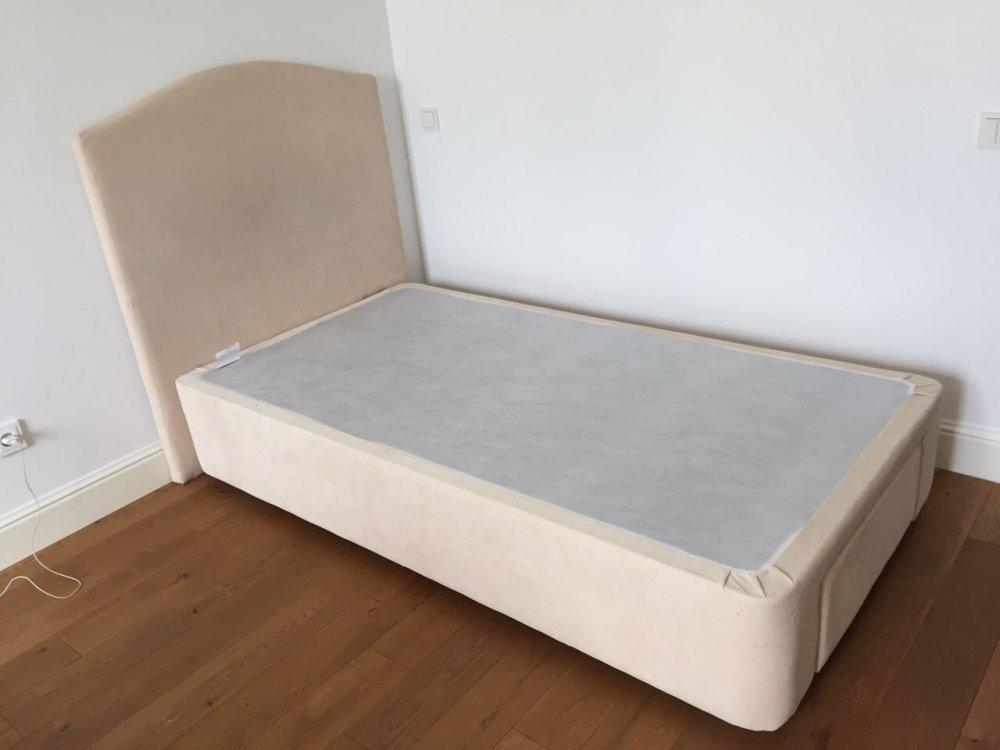 Кровать с мягки изголовьем