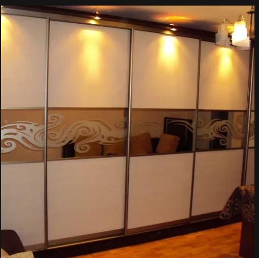 Новая гостиная со стеклянным шкафом-купе