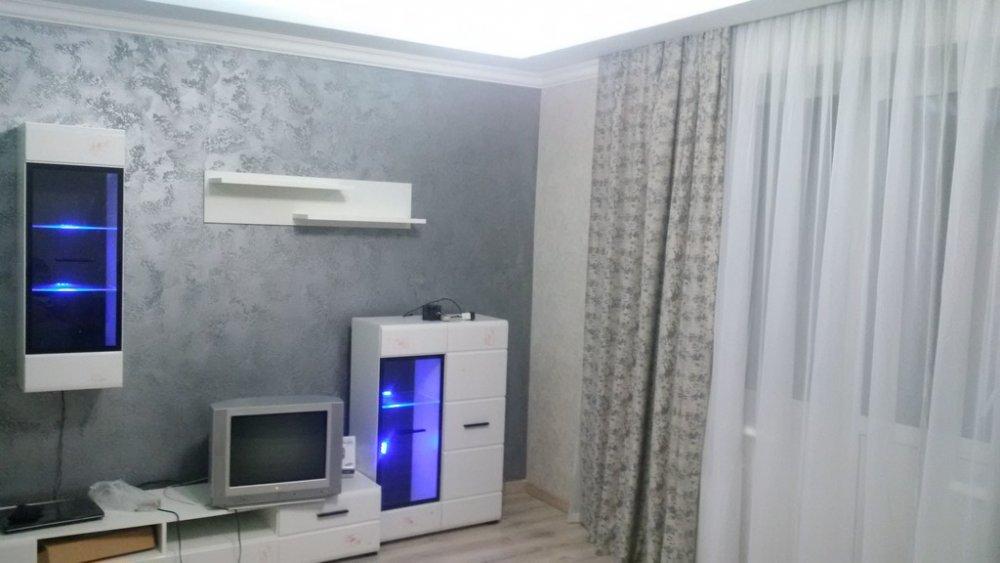 Какие обои и мебель подобрать к этому цвету стены