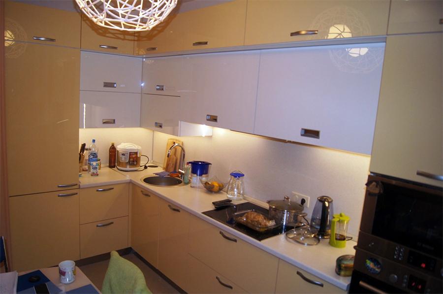Небольшая кухня с окном во всю стену-4