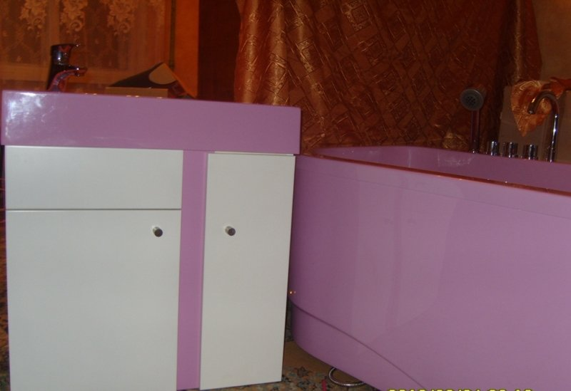 Продум цветную ванну и раковину и два смесителя