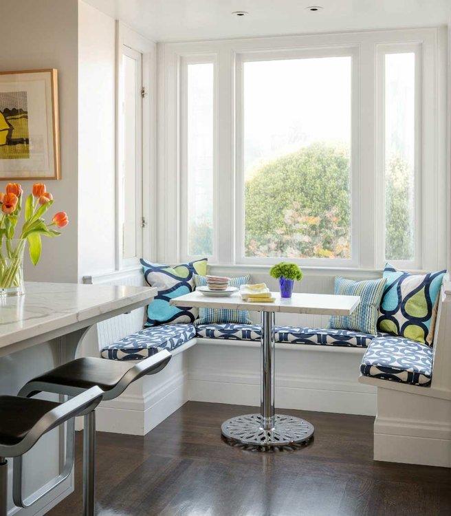 Кухня с большим окном и низким подоконником-6